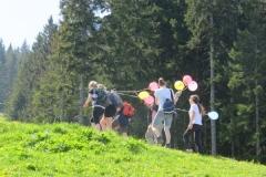 LGIO beim wandern mit luftballons